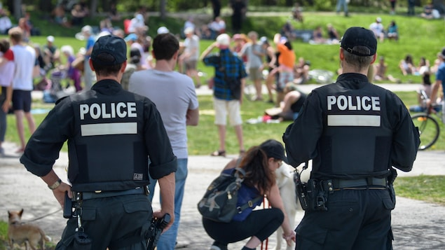 Des policiers dans un parc montréalais.