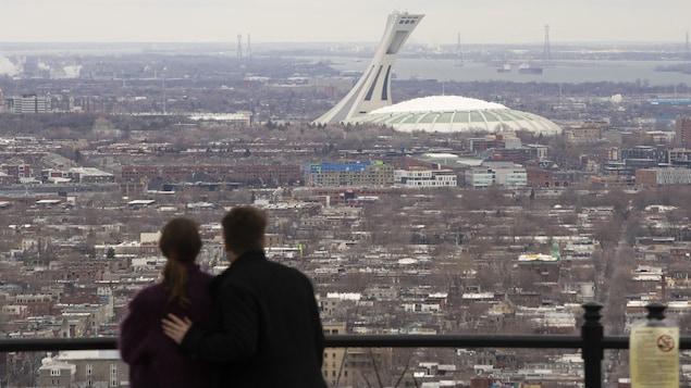Un couple regarde au loin.
