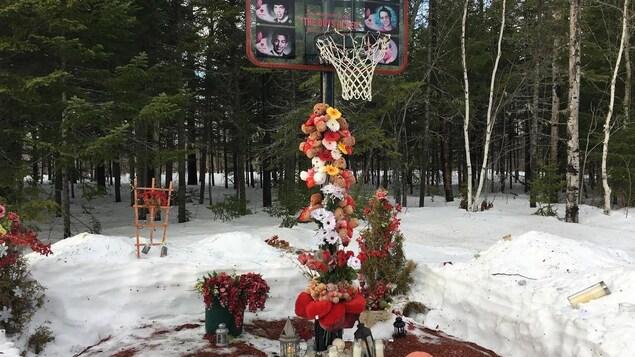 Un monument improvisé à la mémoire des Boys in Red est présent en permanence, à l'endroit, le long de l'autoroute 8, où les jeunes joueurs ont péri.