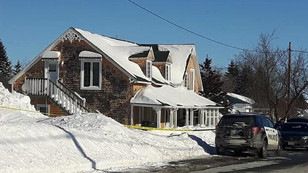 La police devant une grande maison.