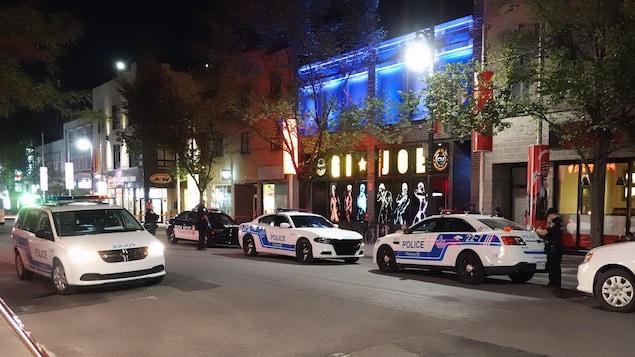 Des voitures de police sont stationnées devant le Sauna GI*Joe.