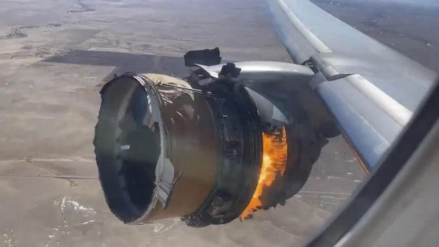 Une photo prise d'un hublot montre le feu dans le réacteur d'un avion volant à haute altitude.