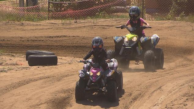 Deux fillettes en motocross