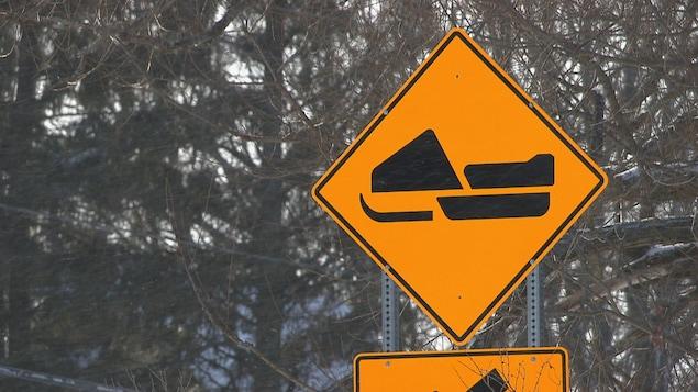 Une affiche de circulation indiquant un sentier de motoneige.