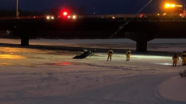 Les pompiers ont dû intervenir pour faire sortir la motoneige de l'eau.