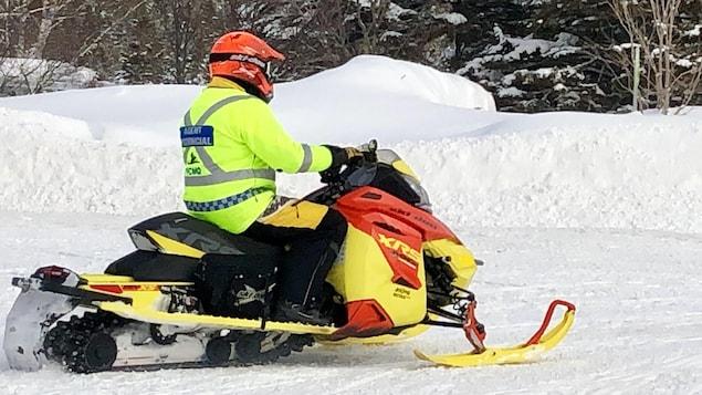 Un patrouilleur de la Fédération des clubs de motoneigistes du Québec.