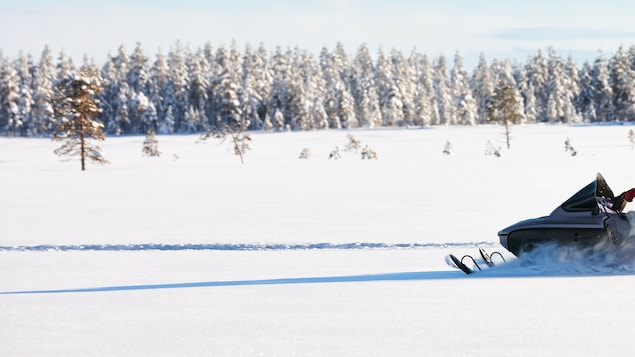 Motoneige sur un sentier en hiver.