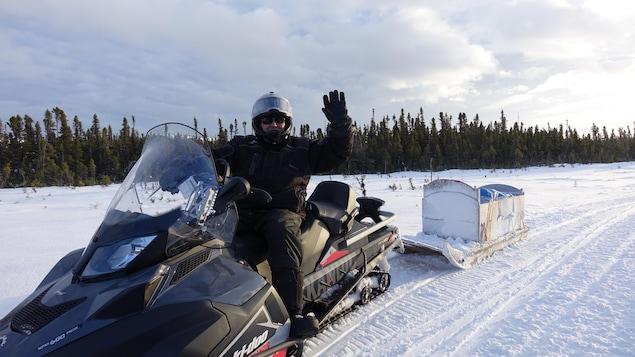 Un homme sur sa motoneige sur la Route blanche
