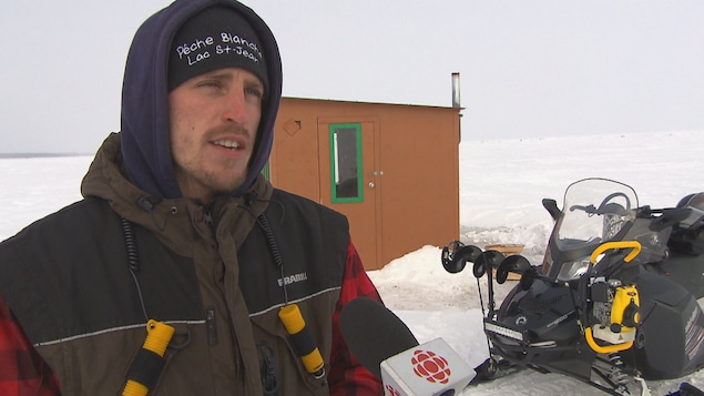 Charles Dufour devant une cabane à pêche
