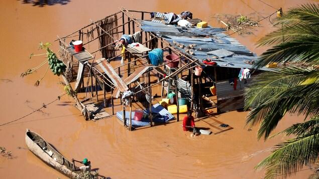Les vestiges d'une maison inondée.