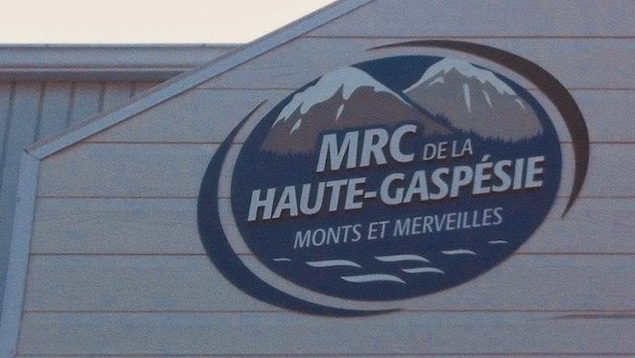 Gros plan sur le logo de la MRC, sur la façade du bureau de la MRC.