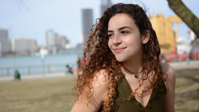 Une étudiante dans le par Riverside à Windsor
