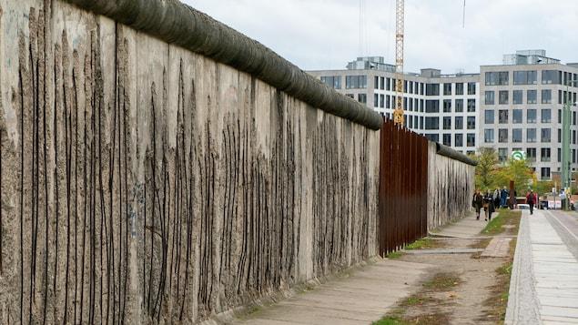 Une partie du mur de Berlin.