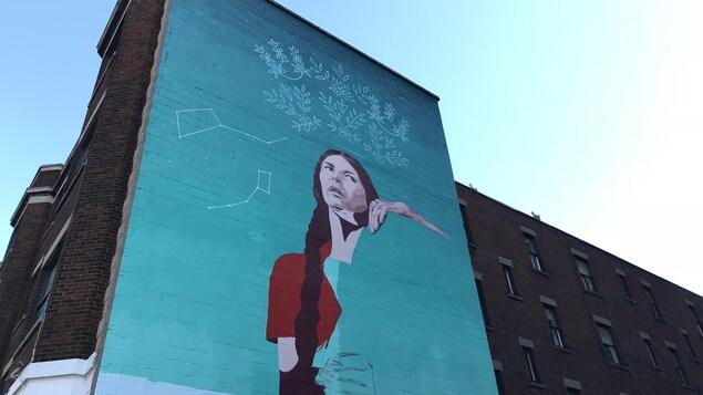 La murale pas encore achevée d'Alanis Obomsawin sur l'avenue Lincoln, au centre-ville de Montréal