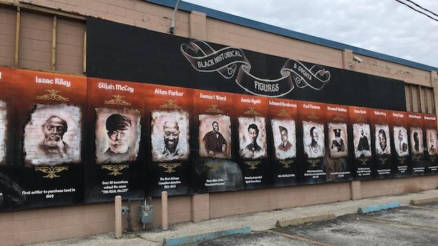 Une murale sur laquelle on voir 16 personnes dont le nom, l'occupation, et parfois l'année de naissance est affichée.