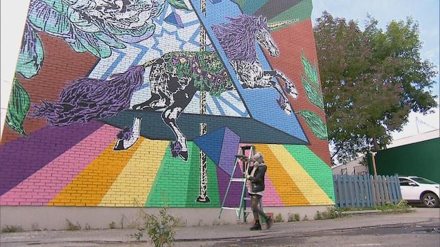 MC Grou au travail pour la murale