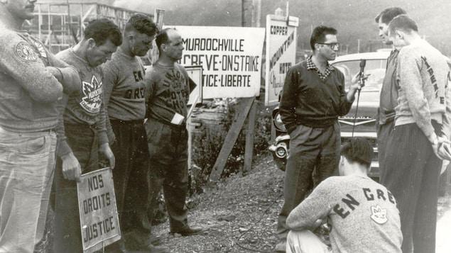 Des grévistes de Murdochville, lors de la grève de 1957