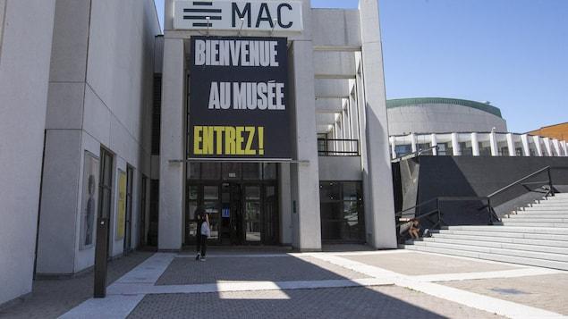 Une banderole sur la façade indique que le Musée est rouvert.