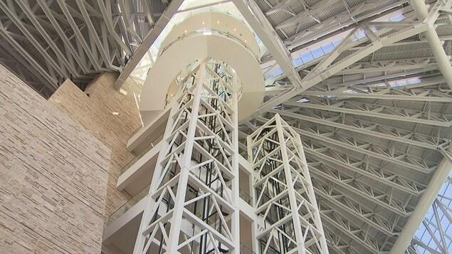 Deux ascenseurs qui permettent de monter dans la tour de la paix du Musée.