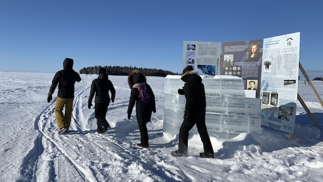Des visiteurs au Musée de la glace.