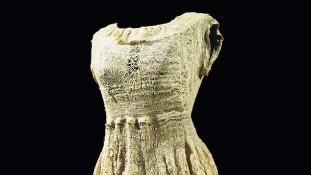 L'oeuvre «Sans titre», réalisée par Marguerite Sirvins, est une robe de dentelle datant d'entre 1944 et 1955.
