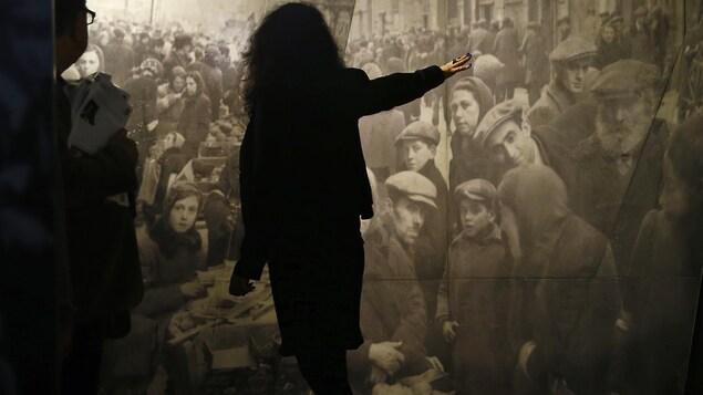 Un guide présente une exposition au Musée Polin à Varsovie.