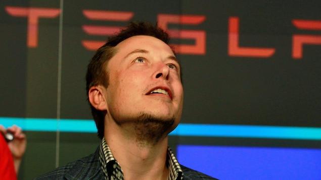 Elon Musk, fondateur de Tesla, regarde vers le ciel alors que sa compagnie fait son entrée en bourse.