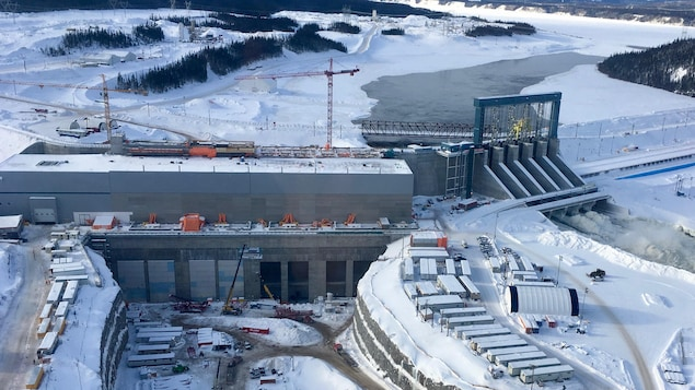 Une photo montre la centrale hydroélectrique en construction.