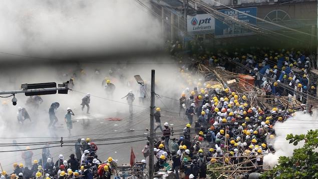 Des manifestants au milieu de nuages de gaz lacrymogènes.
