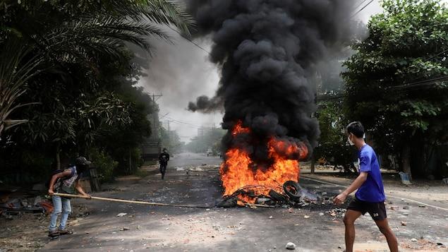 Un incendie dans une rue au Myanmar.