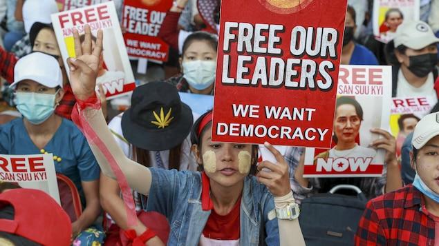 Des pancartes sur lesquelles on peut lire « Libérez nos leaders » sont brandies par des manifestantes à Rangoon.