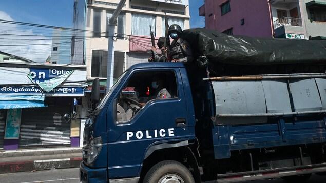 Un fourgon de police au Myanmar.