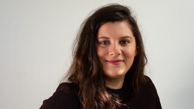 Myriam Day Asselin sourit à la caméra.