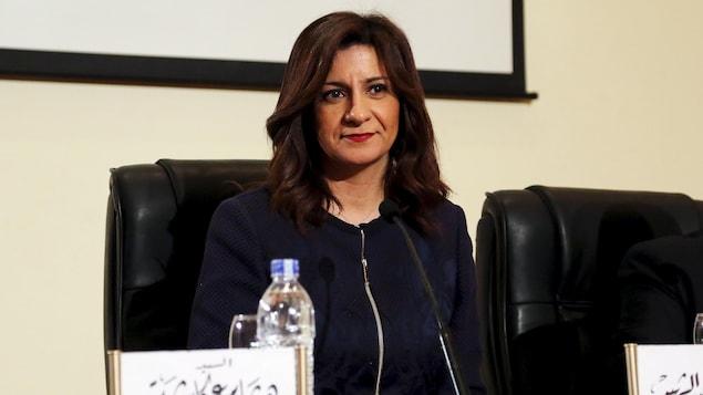 Photo d'archives de madame Makram assise derrière un bureau lors d'une conférence de presse au Caire.