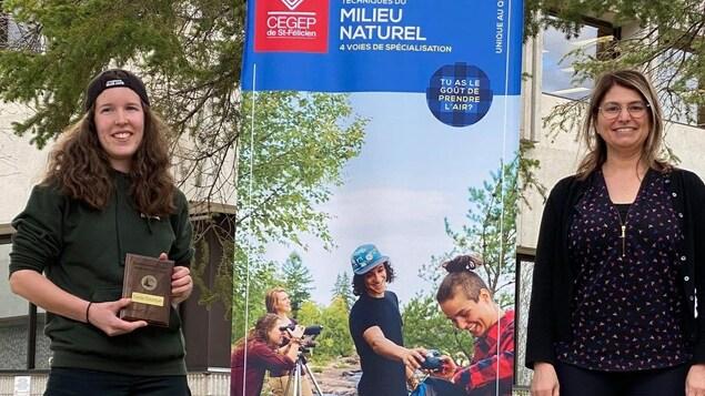 Deux femmes souriantes se trouvent à proximité d'une bannière du Cégep de Saint-Félicien.