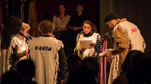 Un extrait du spectacle « A Casual Reconstruction », réunissant sur scène des membres du public. En arrière-plan, Johanne Nutter et Nadia Myre.