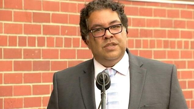 Le maire de Calgary, Naheed Nenshi, lors d'une conférence de presse
