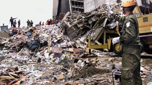 Un secouriste sur un site ravagé par une explosion.