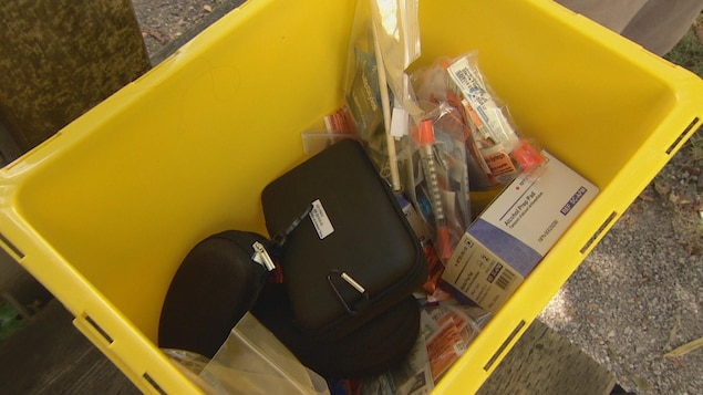 Quelques seringues et médicaments d'urgence qui se trouveront dans la tente du centre d'injection supervisée.