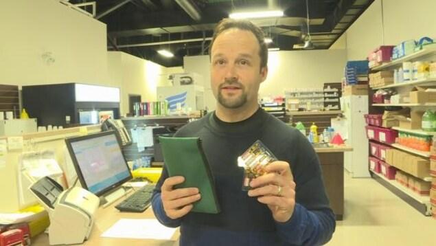 Mark Barnes est propriétaire d'une pharmacie à Vanier. Il distribue des kits de naloxone gratuits.