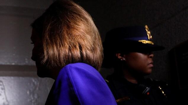 Nancy Pelosi est dans l'ombre mais marche vers la lumière, juste avant son annonce.