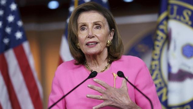 Nancy Pelosi parle dans un micro.