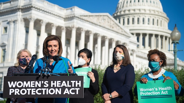 Nancy Pelosi est devant le Congrès, avec une pancarte qui annonce la «loi sur la protection de la santé des femmes».
