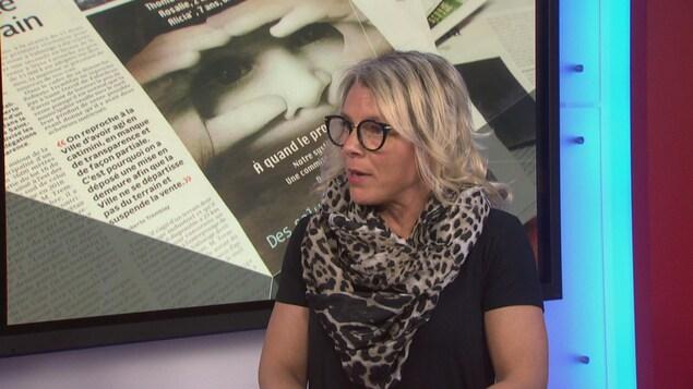 La représentante locale de l'Alliance du personnel professionnel et technique de la santé et des services sociaux, Nancy Poulin, accorde une entrevue à la télévision.