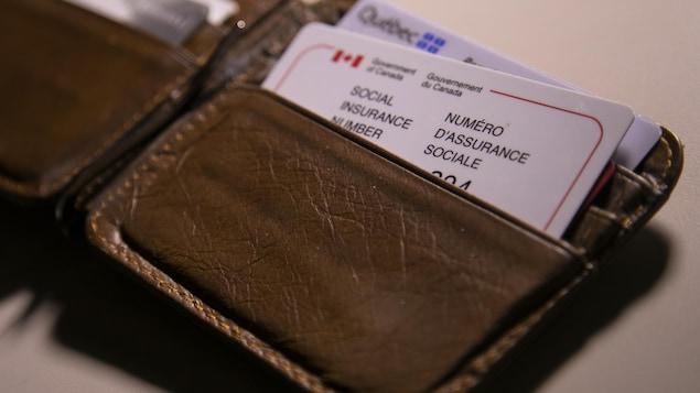 Une carte du numéro d'assurance sociale dans un porte-feuille.