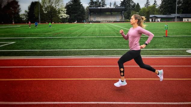 Natasha Wodack court sur la piste d'un stade.