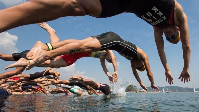 Départ d'une épreuve de triathlon.