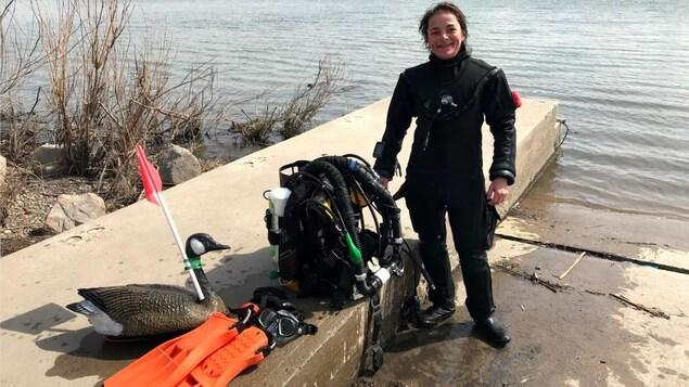 Nathalie Lasselin avec son équipement au bord du fleuve Saint-Laurent