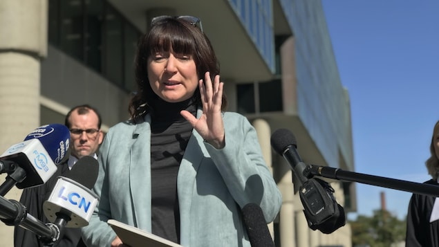 Nathalie Normandeau s'est adressée aux médias à sa sortie du palais de justice de Québec