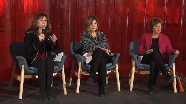 Les trois femmes assises sur des fauteuils.